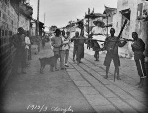 Hedwig Weiss in ihrer Sänfte in der Straße des Konsulats, März 1912